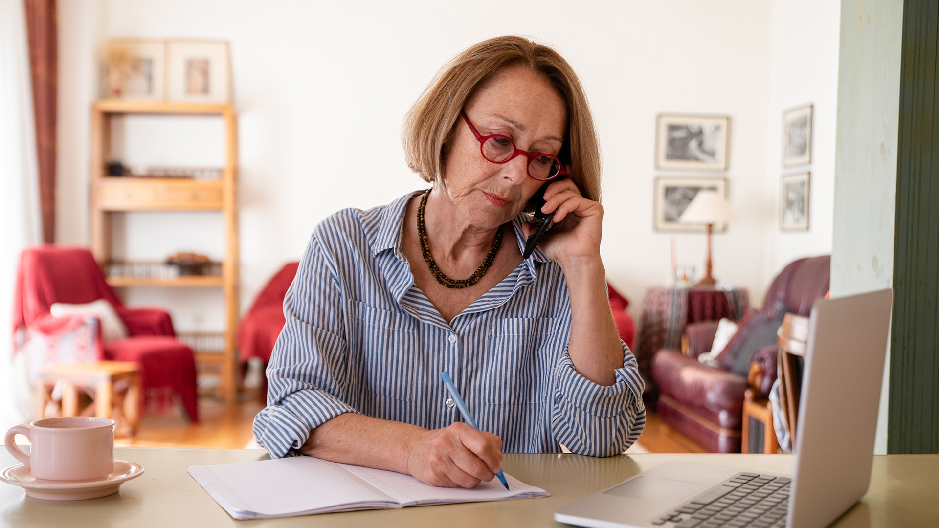 PTH 1920_0008_middle-age-senior-woman-working-at-home-using-comp-4N7F464